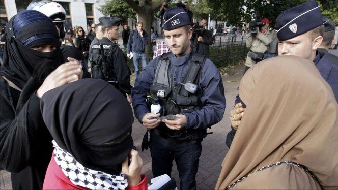 قانون الانفصالية ... فرنسا تشدد القيود على ارتداء الحجاب وتمنعه في عدة أماكن بالبلاد