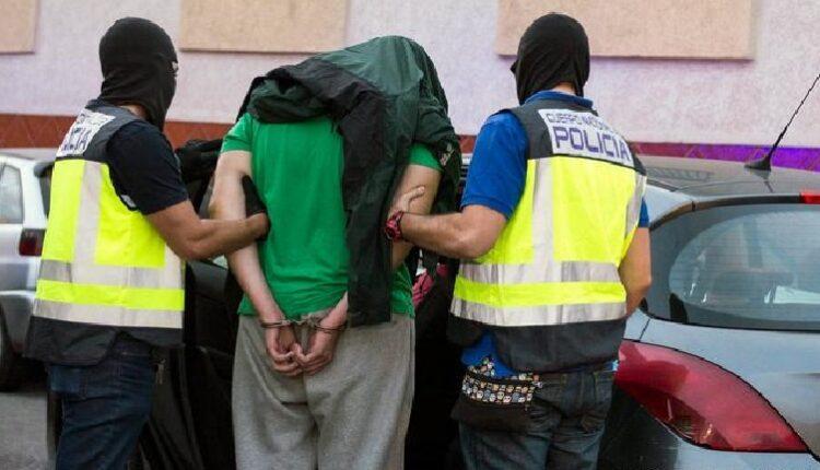 إسبانيا ... توقيف مهاجر مغربي كسر أنف شرطي في برشلونة