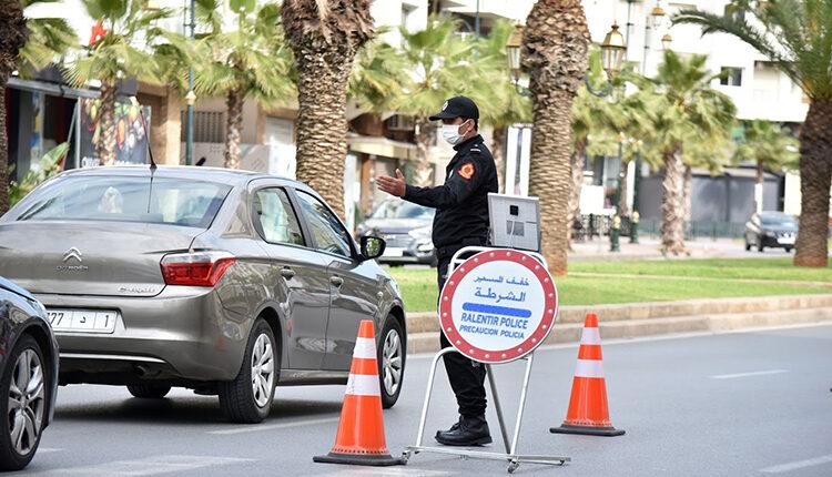 السلطات المغربية تشرع في إقامة حواجز لتشديد إجراءات التنقل بعد ارتفاع إصابات كورونا